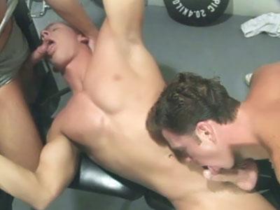 Mucho sexo anal en un trio gay